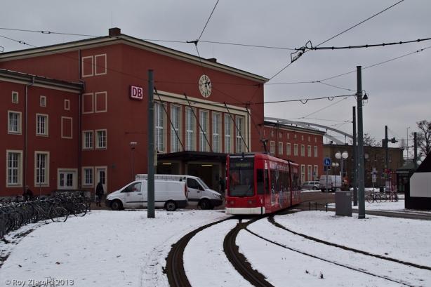 Wagen 309 vor dem äußerlich sanierten Gebäude des Dessauer Hauptbahnhofs.
