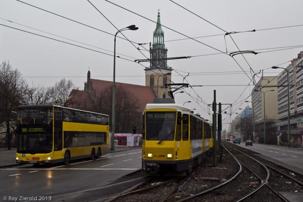 Und die Marienkirche wollte natürlich auch mal aufs Bild, nur ist dies halt nicht so einfach. Möglich ist es dort, wo die Trams zum Alexanderplatz abbiegen, und da hat sich neben die beiden KT4D auch noch ein MAN-Doppeldecker mit ins Bild geschmuggelt.