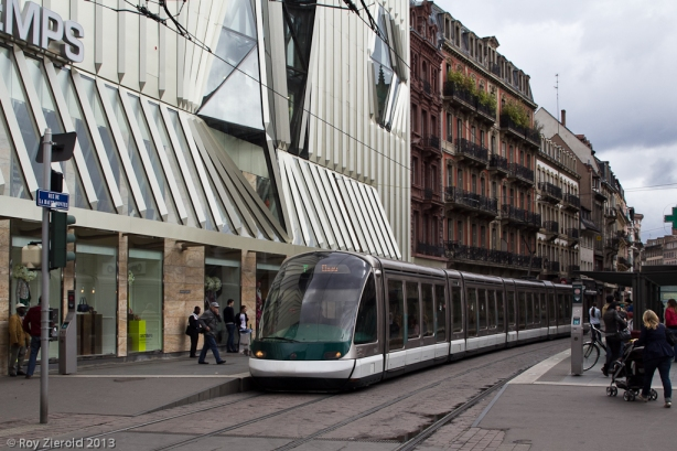 """An der zentralen Umsteige Homme de Fer treffen beide """"Stammstrecken"""" (Linien A/D und B/C/F) aufeinander, nur die Linie E bedient diesen Knotenpunkt nicht. Eurotram 1064 ist auf Linie F eingesetzt."""